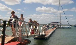 Os turistas que vieram na viagem inaugural coincidiram em que a travessia marítima é muito atraente.