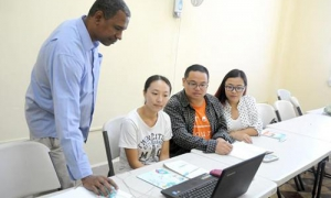 Sob a assessoria do doutor em Ciências Literárias, Juan Ramón Perera Vaillant, jovens chineses preparam-se no mestrado em Estudos Linguísticos do Espanhol como Língua Estrangeira.