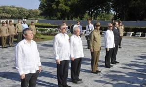 O embaixador russo (segundo à esquerda) e o general-de-divisão Roberto Sotolongo Legrá prestaram homenagem aos soldados soviéticos.
