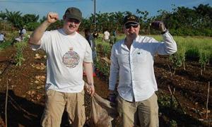"""Ross Holden (à esquerda), do Sindicato GMB, significou que tinha aprendido muito sobre a Ilha, a capacidade de resistência do povo cubano e seu socialismo: entretanto, George Waterhouse (à direita), do Sindicato RMT, manifestou que """"Foi uma experiência ún"""